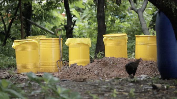 Drum berisi tanah yang tercemar limbah radioaktif Cesium-137 di Perumahan Batan Indah, Tangerang Selatan, Banten. (Foto: Liputan6.com/Zulfikar Abubakar).