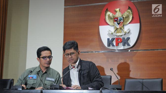 Wakil ketua KPK, Laode M Syarif (kanan) dan juri bicara KPK, Febri Diansyah jelang konferensi pers di Gedung KPK, Jakarta, Kamis (15/02). KPK menangkap BupatiLampung Tengah Mustafa. (Liputan6.com/Herman Zakharia)