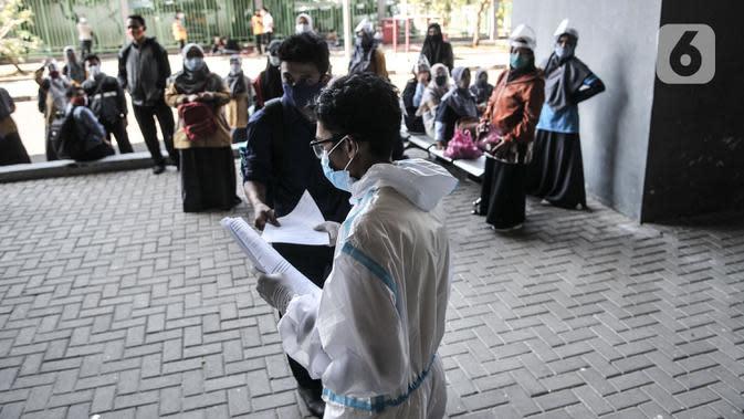 Tim medis saat memanggil warga untuk mengikuti rapid test di Stadion Patriot Candrabhaga, Bekasi, Jawa Barat, Rabu (23/9/2020). Rapid test yang digelar secara gratis oleh Pemkot Bekasi tersebut mampu memeriksa hingga 150 orang tiap harinya guna melacak kasus Covid-19 di Bekasi. (merdeka.com/Iqbal Nu