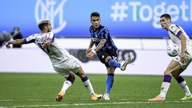 Pemain Inter Milan Lautaro Martinez mencetak gol ke gawang Fiorentina pada pertandingan Serie A di Stadion San Siro, Milan, Italia, Sabtu (26/9/2020). Inter Milan mengalahkan Fiorentina dengan skor 4-3. (Piero Cruciatti/LaPresse via AP)