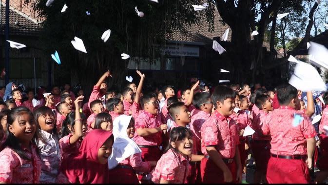 1.000 Pesawat Kertas untuk BJ Habibie dari Siswa SD di Ponorogo