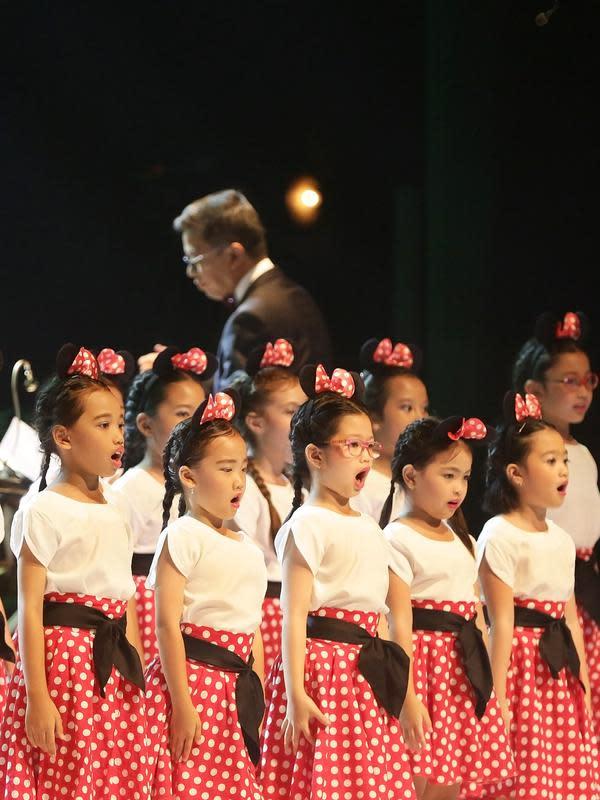 Tembang Medley: It's a Small World dan Mickey Mouse March dari film Mickey Mouse menjadi pembuka konser dengan hadirnya puluhan anak-anak bernyanyi di atas panggung Teater Jakarta, Taman Ismail Marzuki pada Minggu (1/12/2019) di Jakarta. (Bambang E Ros/Fimela.com)