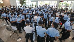 香港國安法:《蘋果日報》香港總部再次被過百名警員大搜查 5名公司董事被捕