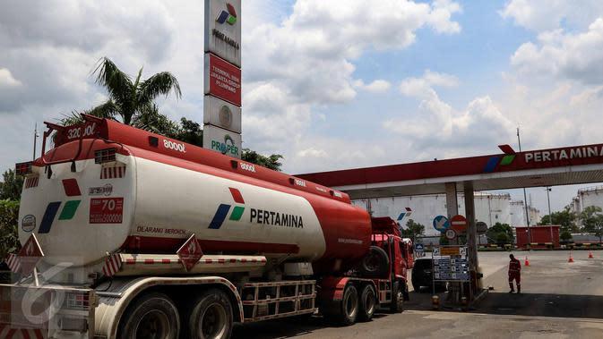 Mobil pengisi bahan bakar minyak (BBM) memasuki Depo Pertamina Plumpang, Jakarta Utara, Selasa (1/11). Meski ada aksi mogok kerja Awak Mobil Tangki (AMT), di lokasi masih ada mobil-mobil tangki milik Pertamina yang beroperasi. (Liputan6.com/Faizal Fanani)