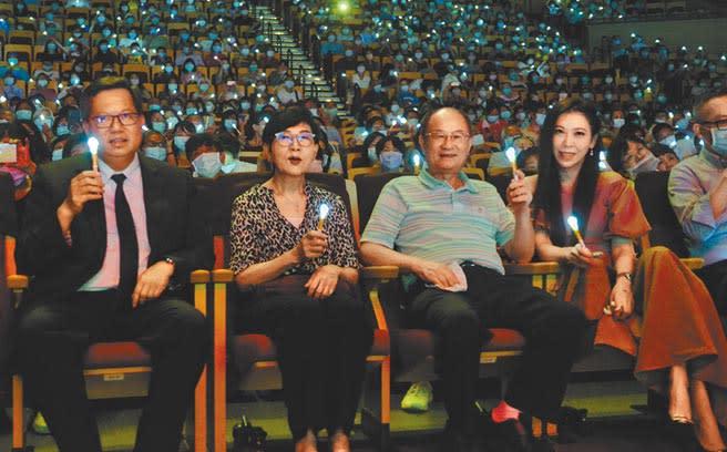 旺旺文教基金會、中國時報、桃園市政府20日在桃園市展演中心展演舉辦「讓奉獻成為一種榮耀」公益演唱會,桃園市長鄭文燦(左起)、中視總經理胡雪珠、市議員蘇家明到場。(賴佑維攝)