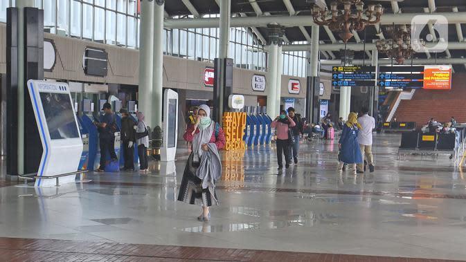 Aktivitas penumpang di terminal keberangkatan 1A Bandara Internasional Soekarno Hatta, Tangerang, Sabtu (28/3/2020). PT Angkasa Pura II (Persero) akan membatasi kegiatan di Terminal 1 dan 2 Bandara Soetta mulai 1 April 2020 terkait meluasnya kasus virus Corona. (Liputan6.com/Herman Zakharia)