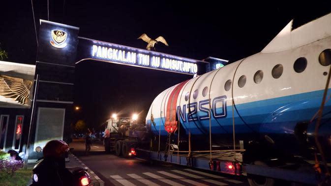 Pesawat N250 dibawa menuju Yogyakarta menggunakan truk trailer. (foto: dokumentasi TNI AU).