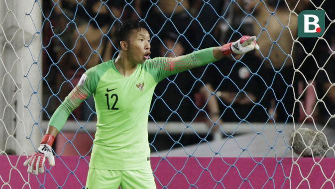 Kiper Timnas Indonesia, Awan Setho, memberikan instruksi saat melawan Thailand pada laga Piala AFF 2018 di Stadion Rajamangala, Bangkok, Sabtu (17/11). Thailand menang 4-2 dari Indonesia. (Bola.com/M. Iqbal Ichsan)