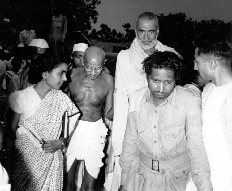 Mahatma Gandhi and Abdul Gafar Khan arrive at a meeting which decided the Partition of India, 1947, by Homai Vyarawalla. Photo: HV Archive/ The Alkazi Collection of Photography