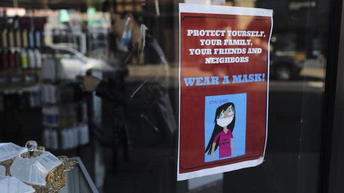 Poster yang mengingatkan untuk mengenakan masker terlihat di jendela sebuah toko di Kew Gardens, New York City, AS, 6 Oktober 2020. Menurut CSSE di Universitas Johns Hopkins hingga 7 Oktober 2020 waktu setempat, jumlah kasus COVID-19 di AS telah menembus angka 7,5 juta. (Xinhua/Wang Ying)