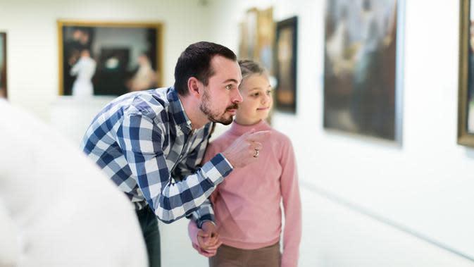 Bapak Sedang Mengajarkan Anak di Museum