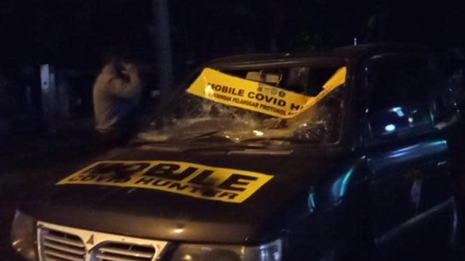 Sebuah mobil polisi milik Polrestabes Bandung mengalami kerusakan setelah dihadang massa dalam aksi unjuk rasa menolak omnibus law UU Cipta Kerja di Bandung, Selasa (6/10/2020). (Liputan6.com/Huyogo Simbolon)