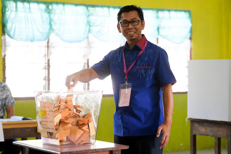 Barisan Nasional candidate for the Kimanis by-election Datuk Mohamad Alamin casts his ballot at Sekolah Kebangsaan Our Lady of Fatima (M) in Kelatuan January 18, 2020. — Bernama pic