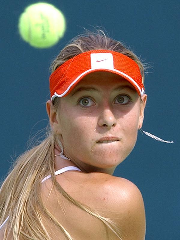 Petenis Rusia, Maria Sharapova berusaha mengembalikan bola saat bertanding melawan Miho Saeki dari Jepang selama putaran ke-2 Kejuaraan Tenis Terbuka Hansol Korea di Seoul pada 30 September 2004. Mantan petenis nomor satu dunia telah memenangi lima gelar Grand Slam. (AFP/Jung Yeon-Je)