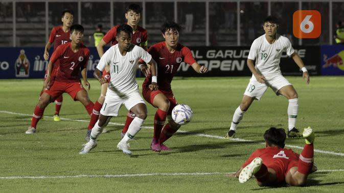 Penyerang Timnas Indonesia U-19, Supriadi, mendapatkan pengawalan ketat dari pemain Hong Kong U-19 dalam laga kedua Grup K Kualifikasi Piala AFC U-19 2020 yang digelar di Stadion Madya, Jakarta, Jumat (8/11/2019). (Bola.com/Yoppy Renato)