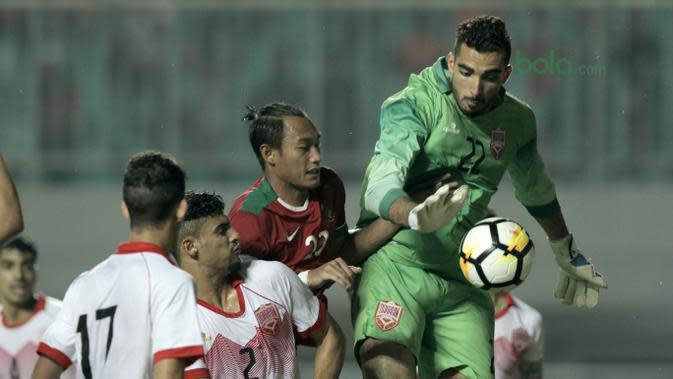 Pemain Timnas Indonesia U-23, Hansamu Yama berebut bola dengan para pemain Bahrain pada laga PSSI Anniversary Cu 2018 di Stadion Pakansari, Bogor, (26/4/2018). Bahrain unggul sementara 1-0. (Bola.com/Muhammad Iqbal Ichsan)
