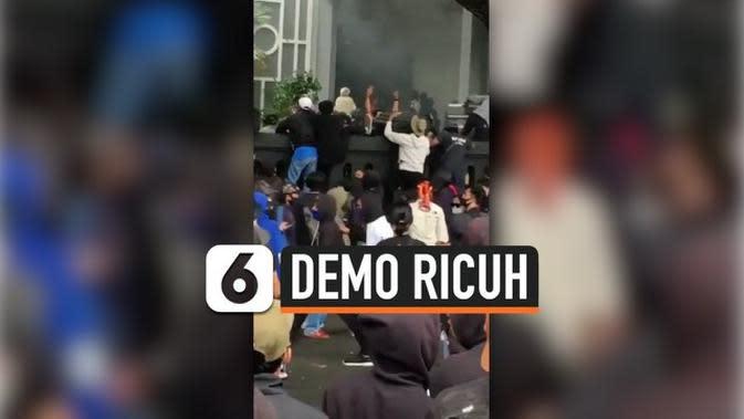 VIDEO: Demo Ricuh, Gedung DPRD Malang Dilempari Batu dan Petasan