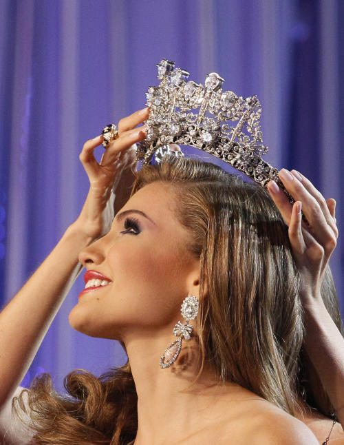 Miss Costa Oriente, Migbelis Castellanos reacts as she is crown as Miss Venezuela 2013 during the beauty pageant in Caracas, Venezuela, Thursday, Oct. 10, 2013. (AP Photo/Ariana Cubillos)