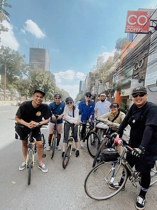 Ini dia potret kebersamaan Enzy Storia dengan teman-temannya saat bersepeda di jalan raya. Tak bisa dipungkiri, Enzy Storia begitu ceria dengan senyum yang terus terlihat di wajahnya. (Liputan6.com/IG/@enzystoria)