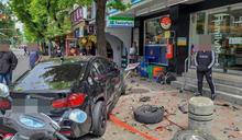 民生社區BMW衝撞救護車 2車飛進騎樓4人傷
