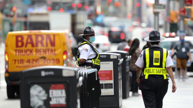 Sejumlah petugas keamanan terlihat sedang bertugas di Times Square di New York, Amerika Serikat (AS), pada 31 Agustus 2020. Jumlah kasus COVID-19 di AS melampaui angka 6 juta pada Senin (31/8), menurut Center for Systems Science and Engineering (CSSE) di Universitas Johns Hopkins. (Xinhua/Wang Ying)