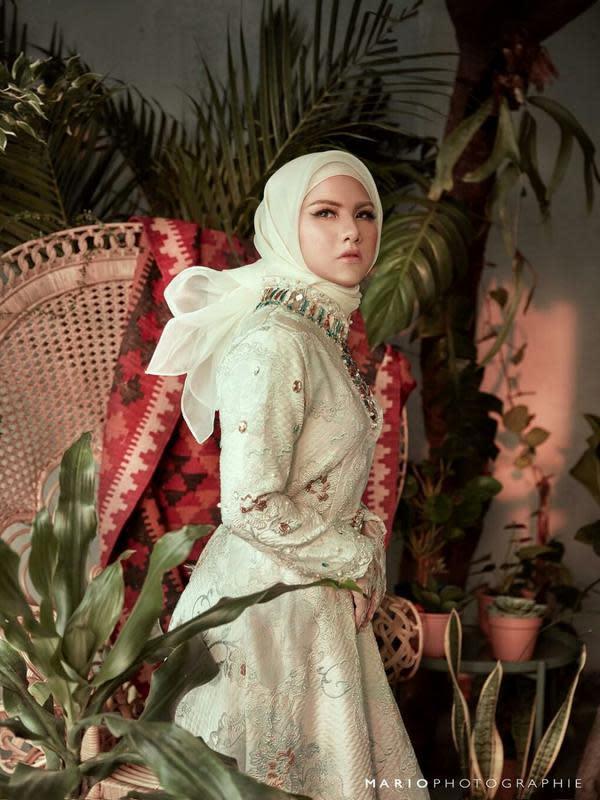 Sering Tampil Tomboi, Pesona 7 Seleb Pakai Hijab Ini Bikin Pangling (Sumber: Instagram/@evelinnadaanjani)