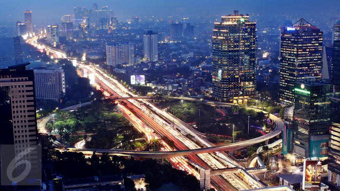 Pemandangan Simpang Susun Semanggi pada malam hari, Jakarta, Rabu (26/4). Selain bisa mengurai kemacetan, Simpang Susun Semanggi akan menjadi daya tarik baru bagi Jakarta. (Liputan6.com/Angga Yuniar)