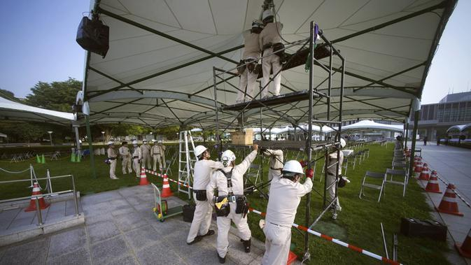 Para pekerja mempersiapkan fasilitas untuk Upacara Peringatan Perdamaian di Museum Peringatan Perdamaian Hiroshima, Hiroshima, Jepang, Selasa (4/8/2020). Kota Hiroshima akan memperingati 75 tahun pemboman atom oleh Amerika Serikat pada 6 Agustus 2020. (AP Photo/Eugene Hoshiko)