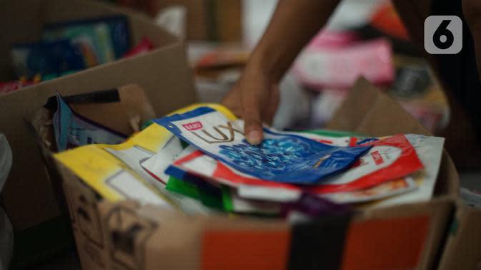 Sampah plastik yang akan diproduksi di kawasan Pasar Minggu, Jakarta, Senin (13/1/2020). Rumah daur ulang plastik tersebut memproduksi barang dari limbah plastik seperti tas, payung, dompet, dan koper dengan harga jual berkisar Rp20.000 hingga Rp700.000. (Liputan6.com/Immanuel Antonius)