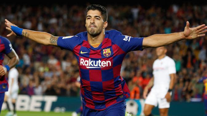 Penyerang Barcelona, Luis Suarez, berselebrasi setelah mencetak gol pembuka ke gawang Sevilla dalam pertandingan pekan kedelapan kompetisi La Liga Spanyol 2019-2020 di Camp Nou, Minggu (6/10/2019). Barcelona berhasil menang telak atas Sevilla dengan skor 4-0. (AP Photo/Joan Monfort)