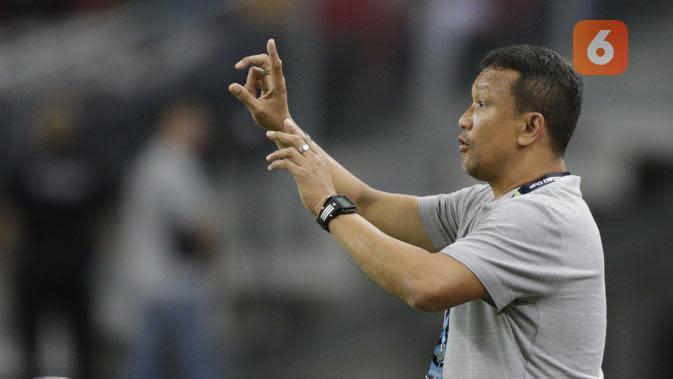 Pelatih Singapura, Fandi Ahmad, memberikan instruksi saat melawan Timnas Indonesia pada laga Piala AFF di Stadion Nasional, Singapura, Jumat (9/11). Singapura menang 1-0 atas Indonesia. (Bola.com/M. Iqbal Ichsan)