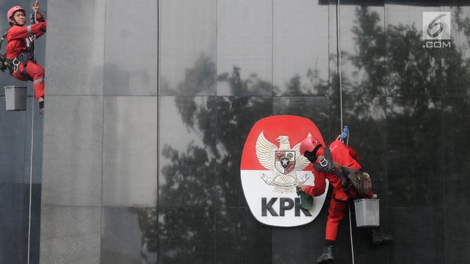 Pekerja membersihkan debu yang menempel pada tembok dan logo KPK di Gedung KPK, Jakarta, Rabu (21/11). KPK menilai rata-rata skor Indeks Penilaian Integritas 2017 di 36 kementerian dan pemerintah daerah berada di angka 66. (Merdeka.com/Dwi Narwoko)