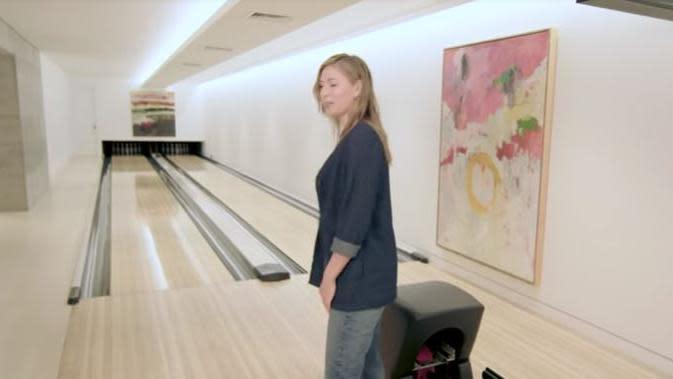 Rumah Maria Sharapova dilengkapi dengan arena bowling (Dok. YouTube/Architectural Digest)