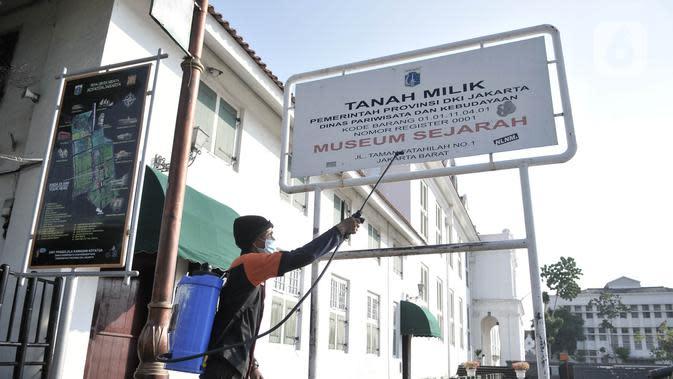 Petugas mendisinfeksi kompleks wisata Kota Tua, Jakarta, Selasa (2/6/2020). Jelang berakhirnya PSBB di Jakarta, pengelola Kota Tua menyiapkan protokol kesehatan new normal bagi pengunjung. (merdeka.com/Iqbal S. Nugroho)