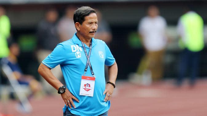 Pelatih Barito Putra, Djadjang Nurdjaman, saat melawan Persija Jakarta pada laga Liga 1 2019 di Stadion Patriot, Bekasi, Senin (23/9/2019). Persija menang 1-0 atas Barito Putra. (Bola.com/M Iqbal Ichsan)