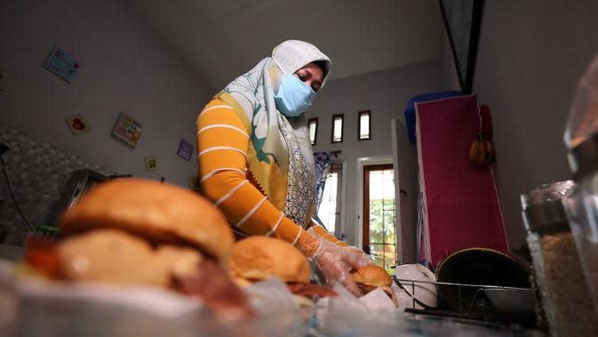 Feli Katri Lukitasari, seorang karyawan swasta yang terkena PHK di tengah pandemi Covid-19 yang sedang menyiapkan barang dagangannya. Dia memutuskan berjualan kebab dan burger guna mencari penghasilan. (Foto: Liputan6.com)