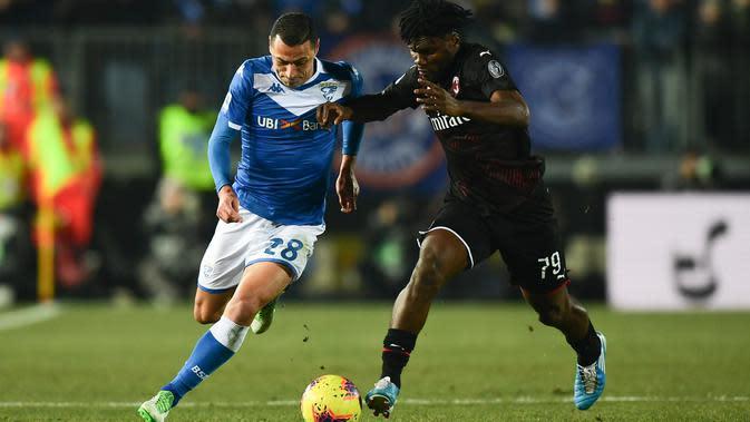 Bek Brescia, Romulo (berebut bola dengan gelandang AC Milan, Franck Kessie dalam pertandingan lanjutan kompetisi Liga Italia Serie A di Stadion Mario Rigamonti, Jumat (24/1/2020). AC Milan menang 1-0 lewat gol tunggal Ante Rebic. (MIGUEL MEDINA / AFP)