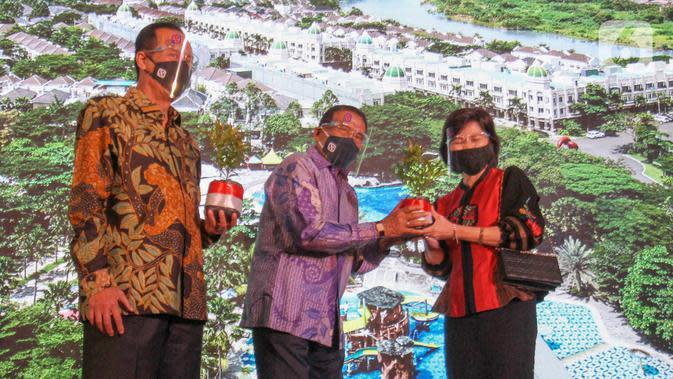 Komisaris Utama sekaligus Komisaris Independen PT Agung Podomoro Land Tbk. Sofian Effendi (tengah) memberikan bibit pohon sebagai simbolisasi hadirnya Kota Podomoro Tenjo kepada COO Kota Podomoro TenjoPuspalily Tanusatrio di Central Park Jakarta (18/8/2020). (Liputan6.com)