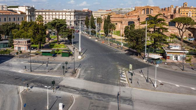 Foto udara pagi pada 30 Maret 2020, persimpangan jalan Viale Luigi Enaudi dan Via Enrico de Nicola yang sepi di dekat stasiun kereta api Termini, Roma. Roma menjelma bak kota mati pasca pemerintah Italia memberlakukan aturan lockdown untuk mencegah penyebaran virus corona. (Elio CASTORIA/AFP)