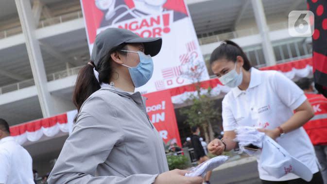 Warga mendapatkan masker saat kampanye Gerakan Masker Nasional