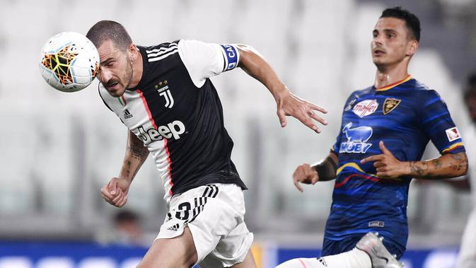 Bek Juventus, Leonardo Bonucci, menyundul bola saat melawan Lecce pada laga Serie A di Stadion Allianz, Jumat (26/6/2020). Juventus menang 4-0 atas Lecce. (AP/Fabio Ferrari)