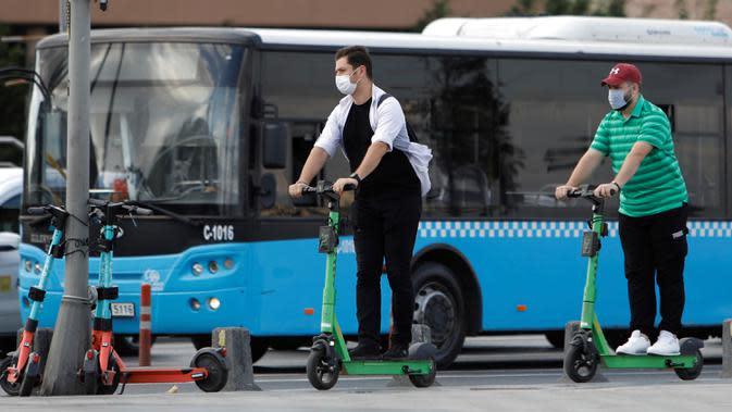 Warga mengendarai sebuah skuter di jalan di Istanbul, 16 September 2020. Pandemi COVID-19 menghidupkan kembali tren skuter listrik di dunia, tetapi meningkatnya cedera dan kecelakaan lalu lintas di Turki akibat pengguna gegabah telah mendorong pemerintah membuat peraturan ketat. (Xinhua/Osman Orsal)