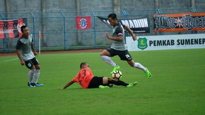 Kapten Persela, Birrul Walidain, melewati pemain Persija, Nugroho Fatchurohman, di ajang Suramadu Cup di Stadion Gelora Bangkalan, Bangkalan, Jumat (12/1/2018). (Bola.com/Aditya Wany)