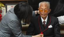 107歲阿公大讚小英:買武器就對了