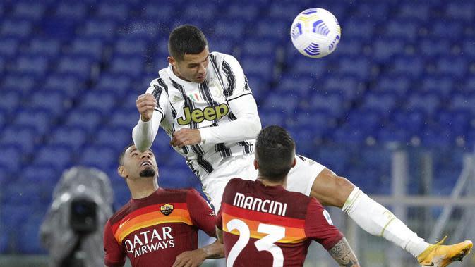 Striker Juventus, Cristiano Ronaldo, menyundul bola saat melawan AS Roma pada laga Serie A di Stadion Olimpico, Senin (28/9/2020). Kedua tim bermain imbang 2-2. (AP Photo/Gregorio Borgia)