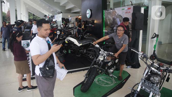 Pengunjung menjajal motor modifikasi saat pemeran IIMS Motobike Expo 2019 di Istora Senayan, Jakarta, Jumat (29/11/2019). IIMS Motobike Expo 2019 diikuti belasan merek sepeda motor dan sejumlah bengkel modifikasi. (Liputan6.com/Faizal Fanani)