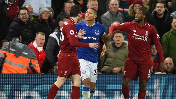 Pemain Everton, Richarlison bersitegang denga pemain Liverpool, Robertson dalam laga lanjutan Premier League yang berlangsung di stadion Anfield, Inggris, Minggu (2/12). Everton kalah 1-2 atas Liverpool. (AFP/Oli Scarff)