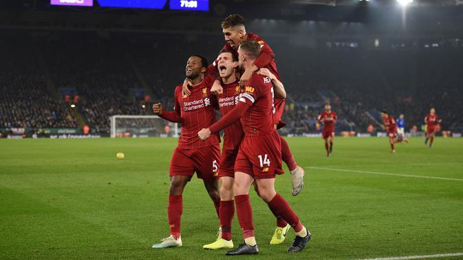 Pemain Liverpool James Milner (tengah) merayakan dengan rekan satu tim setelah mencetak gol ke gawang Leicester City pada pertandingan Liga Inggris di King Power Stadium, Leicester, Inggris, Kamis (26/12/2019). Liverpool menang 4-0. (Oli SCARFF/AFP)
