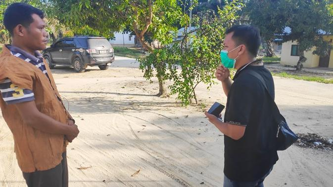 Bathin Abiyan (kiri) sebagai salah satu kepala Suku Sakai memakai baju dari kulit kayu saat berbincang dengan wartawan. (Liputan6.com/M Syukur)