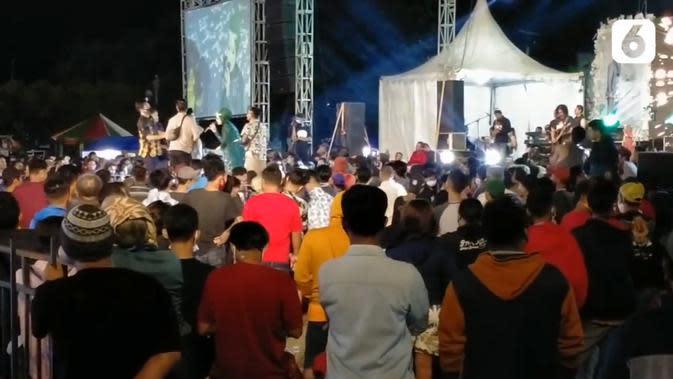 Suasana hajatan yang disertai konser dangdut saat pandemi covid-19. Acarat tersebut berlangsung di di Lapangan Tegal Selatan, Kota Tegal, Jawa Tengah. (Liputan6.com)